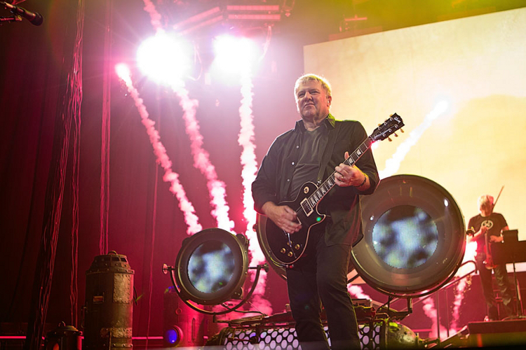 Alex Lifeson ...so much flare!